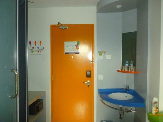 POP! Hotel Kuta Beach: pintu orange