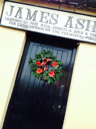 Ashes Pub and Restaurant: Front door of Ashes Pub