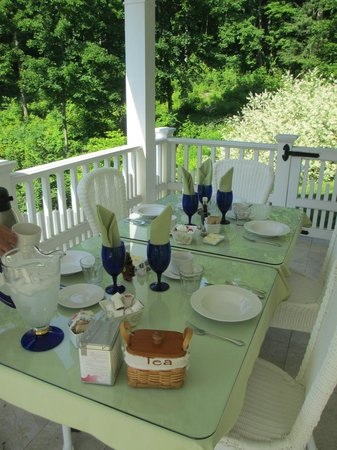 Howarth House Bed & Breakfast : Breakfast on the porch