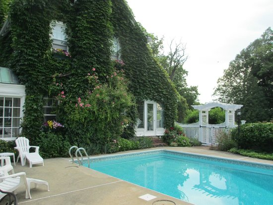 Howarth House Bed & Breakfast: Vine covered exterior (summer) and the pool!