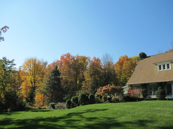 Howarth House Bed & Breakfast: House exterior (Fall)