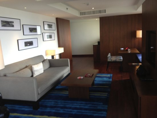 Outrigger Laguna Phuket Beach Resort: Lounge room beachfront suite