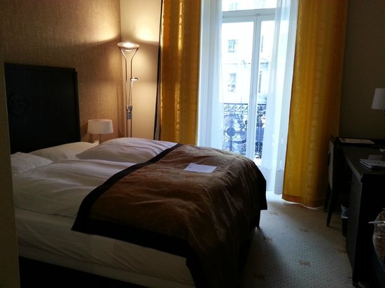 Hotel St. Gotthard: balcony just behind curtains at the side if the bed