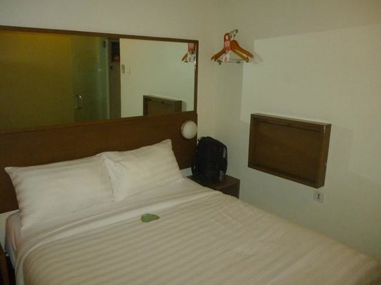 Tune Hotel - Double Six, Legian: kamar yang sempit