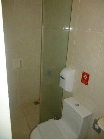 Tune Hotel - Double Six, Legian: kamar mandi
