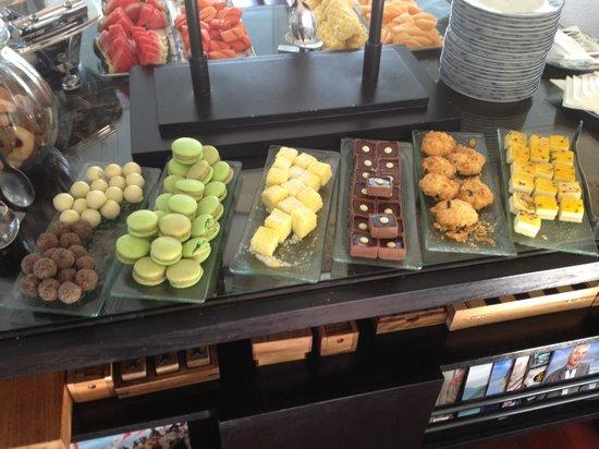 Outrigger Laguna Phuket Beach Resort: Afternoon tea cake stand in club lounge