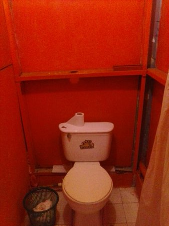 Casa de Huespedes Santos : thin walls, but warm hues. hey, it's $7.