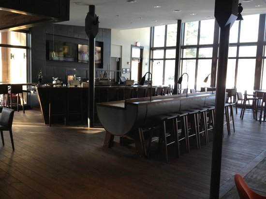 Topnotch Resort: Bar - Located Main Building Off Reception - Great Area to Relax!
