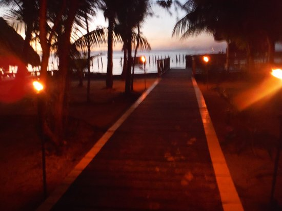 Thatch Caye Resort : Torch-lit walk at the front of the island