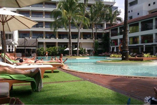 Patong Beach Hotel: The Pool/beach. There was real sand and plenty of room to sit