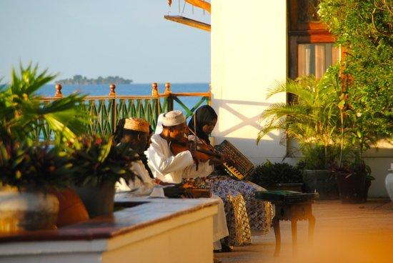 Zanzibar Serena Hotel: musicians playing outside bar area
