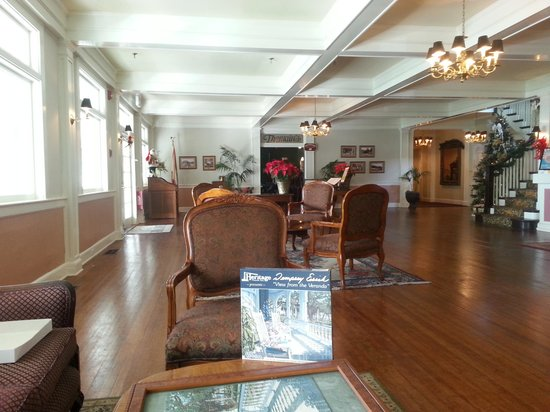 Lakeside Inn: Another view of the lobby