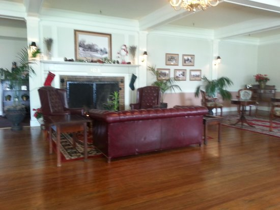 Lakeside Inn: A view of the lobby and fireplace