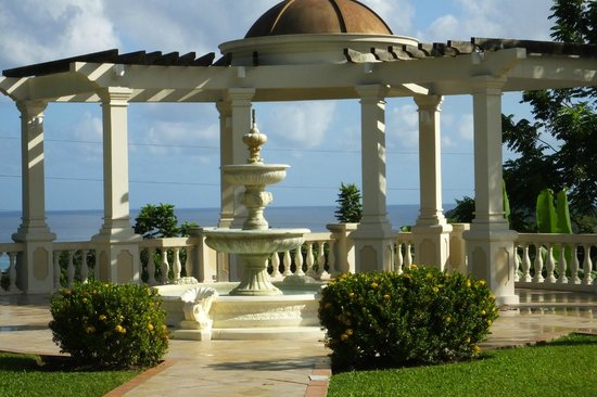Sandals Ochi Beach Resort: A Roman style archway over looking the ocean and a place for weddings;
