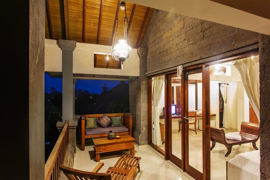 Tirta Arum Guest House: Deluxe Twin Bed Room Balcony at Night
