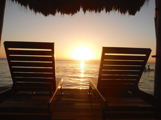 Thatch Caye Resort: Sunset at the South Palapa