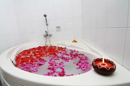 Tirta Arum Guest House: Superior Room Bathroom