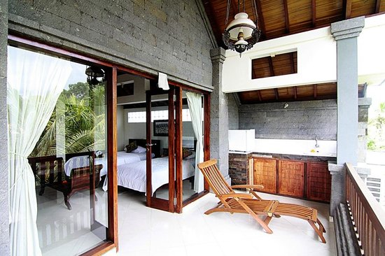 Tirta Arum Guest House: Deluxe Twin Bed Room Balcony