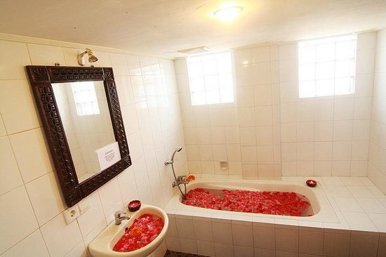 Tirta Arum Guest House: Deluxe Room Bathroom