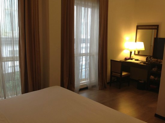 Village Hotel Albert Court by Far East Hospitality: desk / study area in room (Premier room)