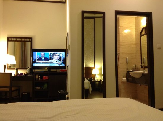 Village Hotel Albert Court by Far East Hospitality : flat screen TV and spacious room - (premier room)