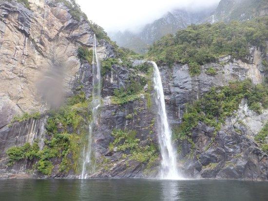 Milford Sound : 迫力のある滝