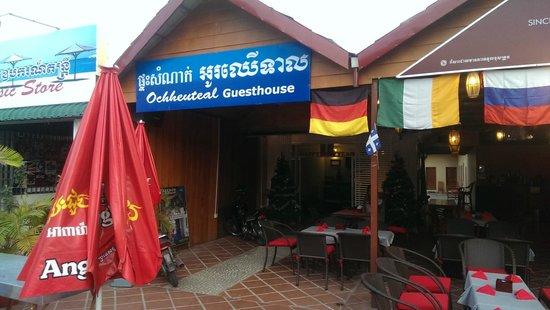 Ochheuteal Guesthouse: Вход на Ресепшн