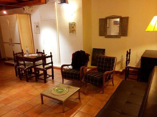 Residenza Ariosto: Kitchen and sitting area