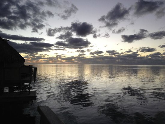 Moorea Pearl Resort & Spa: Beautiful sunset from the balcony of our bungalows