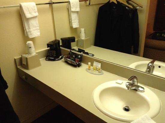 Days Inn & Suites/College Park/Atlanta/Airport West : Bath counter
