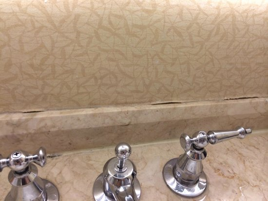 The Franklin Hotel at Independence Park: The first impression was the peeling wallpaper in bathroom