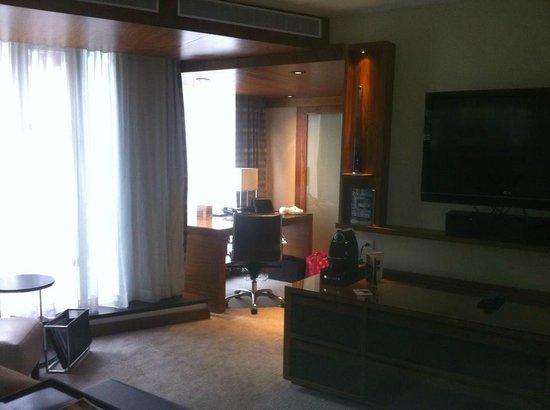 Fairmont Pacific Rim : Work area and windows