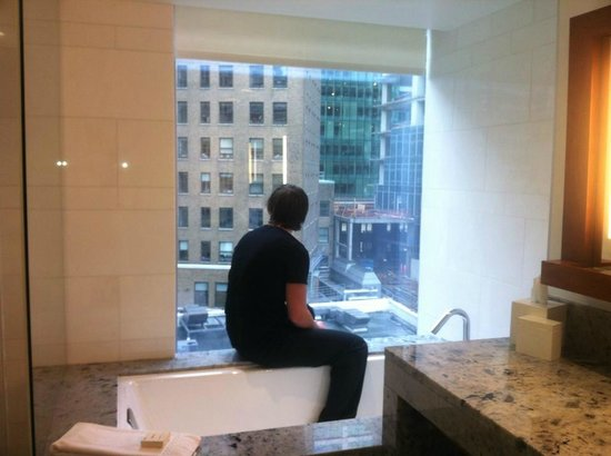 Fairmont Pacific Rim: Bath tub and view