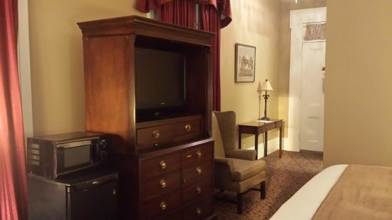 Quality Inn & Suites Maison St. Charles: lcd tv, fridge, micro