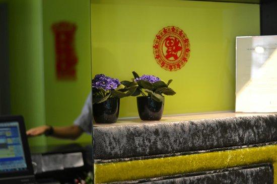 J8 Hotel : Reception desk