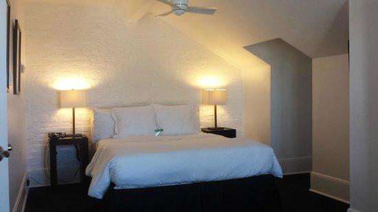 Hotel Royal : Bed & Ceiling fan