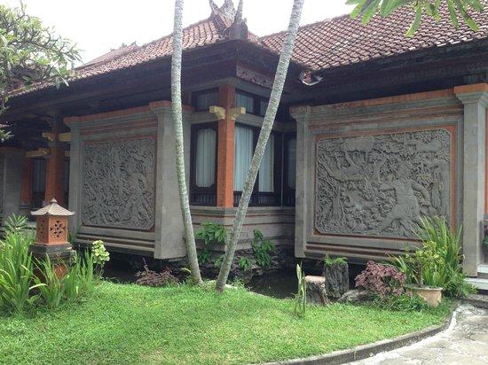 The Rishi Candidasa Beach Hotel: Belle fresques sur les bungalows