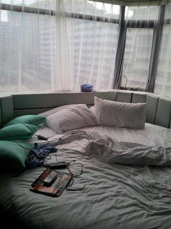Arenaa Star Hotel: 床頭就是視野非常好的窗戶
