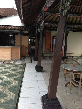 The Rishi Candidasa Beach Hotel: L'atman, l'être ultime, le soi, soutient sans doute encore le kiosque