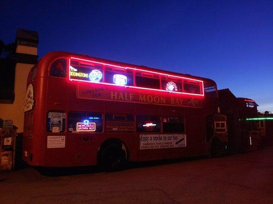 Cameron's Restaurant & Inn: Double decker bus outside pub.