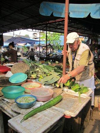The Original Taste of Hoi An : Neville in the food market