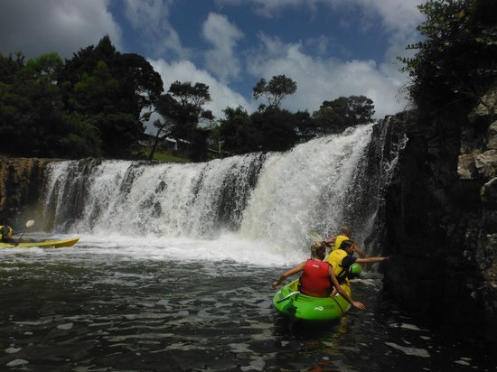 Bay Of Islands Kayak Cruises: Going under the waterfall