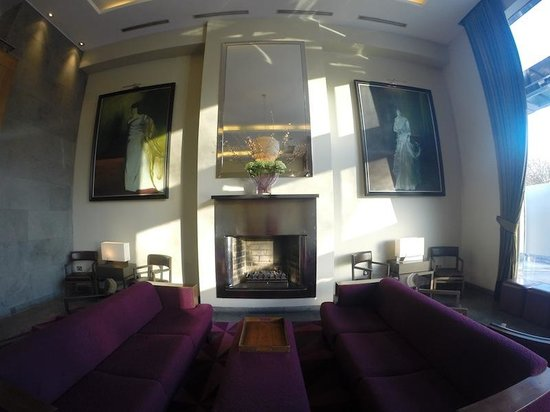 Fitzwilliam Hotel Dublin: The lobby with a cozy fire