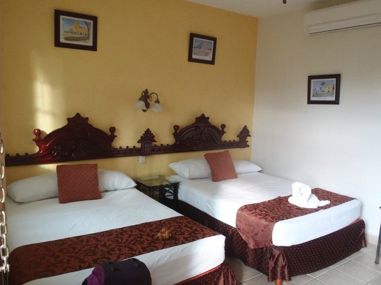 Hotel San Miguel Arcangel: comfy beds, spacious room