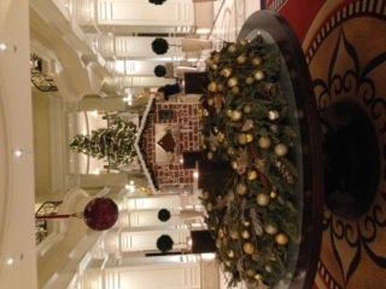 Corinthia Hotel Budapest: lobby at Christmas