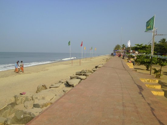 Cherai Beach : along the beach road
