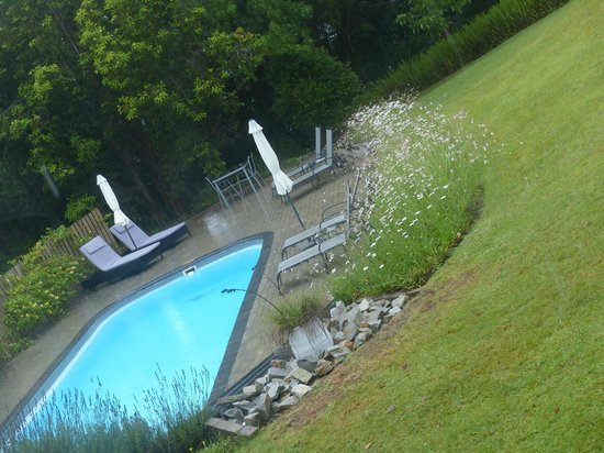 Stannards Guest Lodge: view on the pool from the cottage family