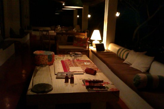 Turiya Villa and Spa: Common area after dark