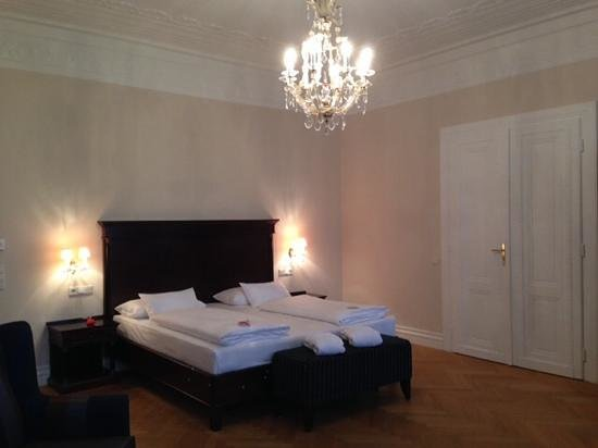 Austria Trend Parkhotel Schönbrunn Wien: large room with chandelier