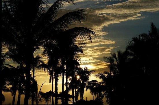 Sugar Beach Golf & Spa Resort: Sunset in Gold